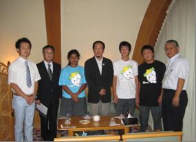 陸前高田市長に震災復興募金を渡しました。