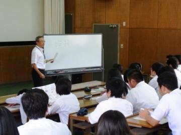 ビジネスマナーについて伝える松本コーディネーター