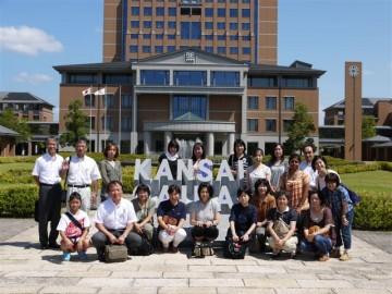 関西外国語大学での記念写真