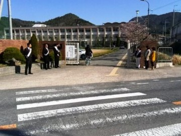 春の交通安全指導(正門前)