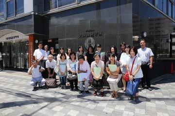 大阪保健福祉専門学校前での記念写真
