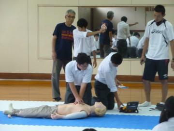 AEDを使った心肺蘇生法の講習を受けるクラブ員たち