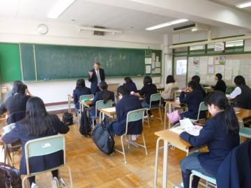 授業見学(大学の先生による進路説明)