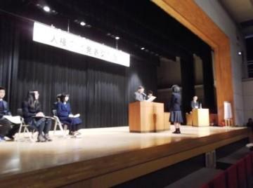 表彰状を授与される小谷麻菜美さん