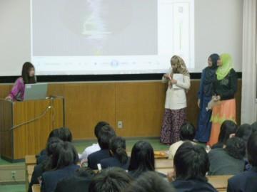 4人の留学生による歌唱指導