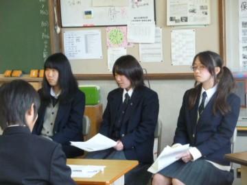 中学生に話す本校生たち