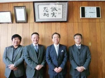 校長室での記念写真(右から2番目が村上監督)