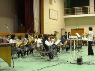 開会式での西中学校吹奏楽部の演奏