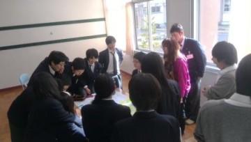 グループごとで自分たちの考えを発表しています