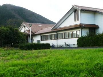 校内の生徒寮、手前に新しい寮が増築予定