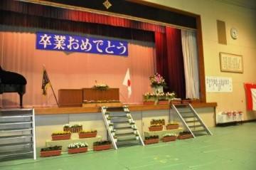 花で装飾された卒業式会場