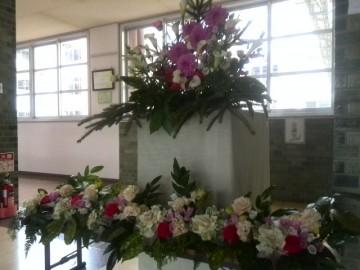 卒業式会場の花を玄関前に飾りました
