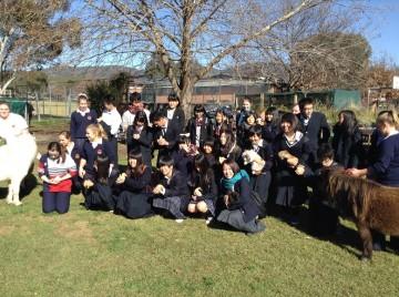 マジー高校の農場で記念撮影