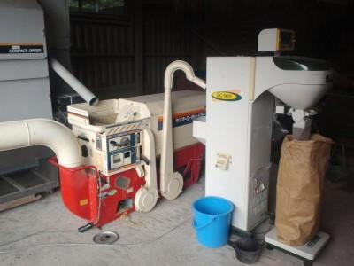 籾すり機と指定数量に袋詰めする米選機
