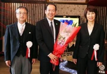 戸羽市長と真鍋校長・伊藤PTA会長