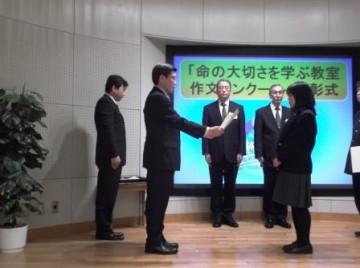 表彰状を授与される小谷さん(前列中央)