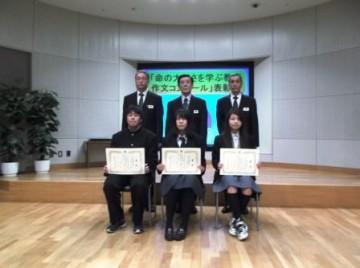 大阪府警察本部内での記念撮影