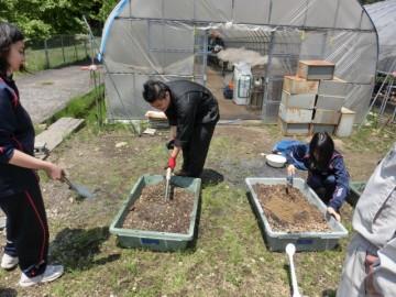 使用する土の混和作業
