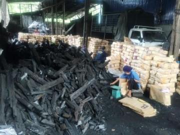 製造した木炭の袋詰め