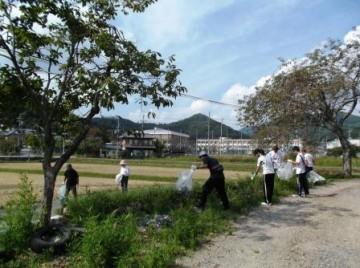 学校周辺の河川の清掃